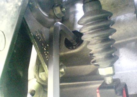 Откручиваем заливную пробку коробки передач Ford Focus 2