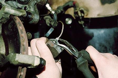 Подключаем новый разъем от тормозных колодок ВАЗ 2110, 2111, 2112