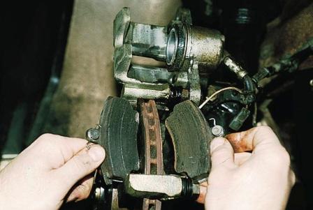 Вытаскиваем старые тормозных колодки ВАЗ 2110, 2111, 2112