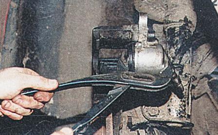 Вдавливаем тормозной цилиндр в суппорт ВАЗ 2110, 2111, 2112