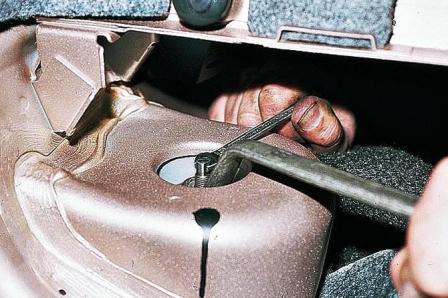 Откручиваем верхнюю гайку задней амортизационной стойки ВАЗ 2110, 2111, 2112