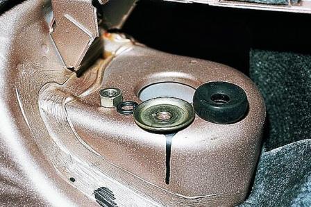 Снимаем гайку и опору задней стойки ВАЗ 2110, 2111, 2112