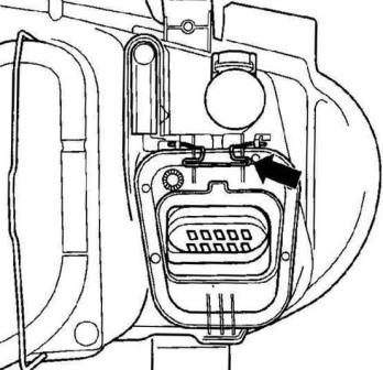 Открываем крышку лампы дальнего света VW GOLF IV