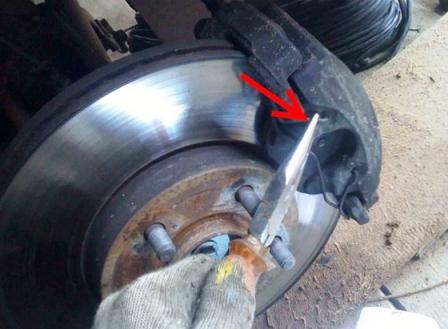 Снимаем пружину на тормозном суппорте Ford Focus 2