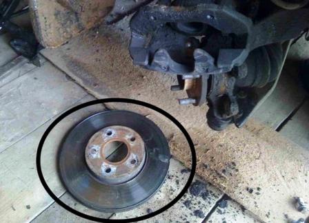 Снимаем старый тормозной диск Ford Focus 2