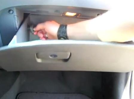 Откручиваем левый фиксатор Hyundai Sonata 6