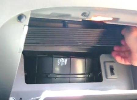 Снимаем крышку салонного фильтра Hyundai Sonata 6