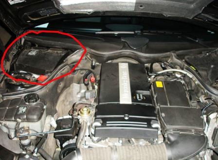 Место расположения салонного фильтра Mercedes-Benz C230 W203