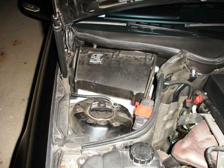 Салонный фильтр находится под крышкой Mercedes-Benz C230 W203
