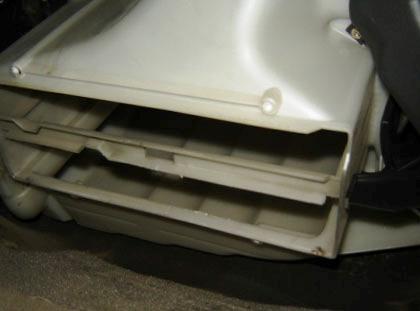 Вытаскиваем 2 старых салонных фильтра Volvo XC90