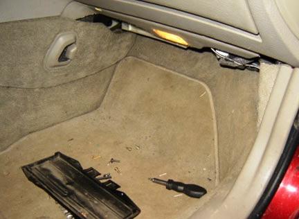 Откручиваем крышку салонного фильтра Volvo XC90