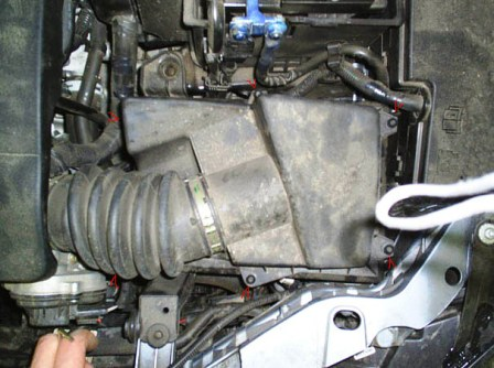 Откручиваем болты с крышки воздушного фильтра Ford Focus 2