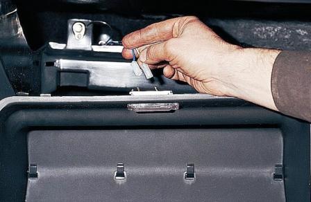 Отключаем провода освещения бардачка ВАЗ 2110, 2111, 2112