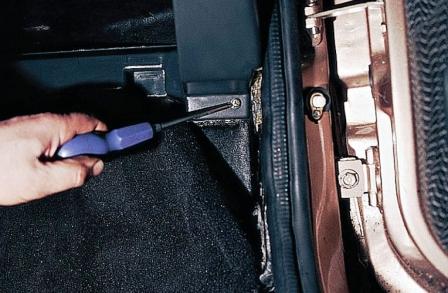 Откручиваем 2 самореза по сторонам дверей ВАЗ 2110, 2111, 2112