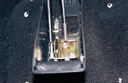 Откручиваем 2 гайки задней части тоннеля ВАЗ 2110, 2111, 2112