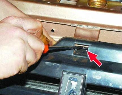 Отжимаем пластиковую защелку ВАЗ 2108, 2109, 21099