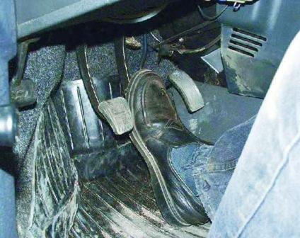 Нажимаем на педаль тормоза ВАЗ 2108, 2109, 21099