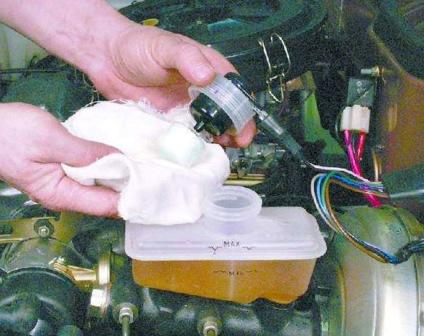 Откручиваем крышку с бачка тормозной жидкости ВАЗ 2108, 2109, 21099