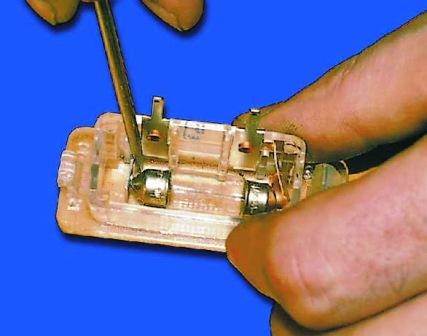 Отжимаем контакт и вытаскиваем старую лампу ВАЗ 2108, 2109, 21099
