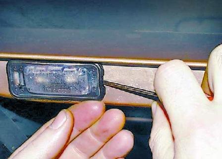 подсветка заднего номера фольксваген как снять лампочку