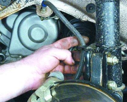 Снимаем тормозной шланг со стойки ВАЗ 2108, 2109, 21099