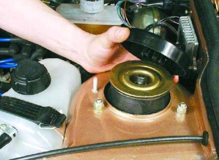 Снимаем защитную крышку амортизационной стойки ВАЗ 2108, 2109, 21099
