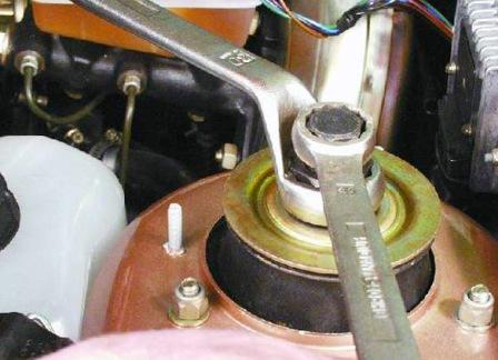 Ослабляем гайку штока амортизационной стойки ВАЗ 2108, 2109, 21099