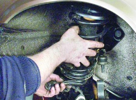 Вытаскиваем переднюю амортизационную стойку ВАЗ 2108, 2109, 21099