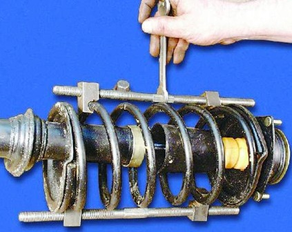 Устанавливаем стяжки на пружины и стягиваем их ВАЗ 2108, 2109, 21099