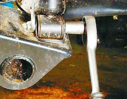 Откручиваем нижнюю гайку стойки амотризатора ВАЗ 2108, 2109, 21099