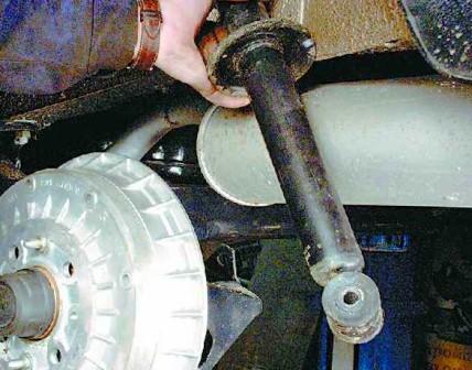 Снимаем заднюю стойку амортизатора ВАЗ 2108, 2109, 21099
