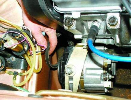 Сдвигаем генератор и снимаем ремень ВАЗ 2108, 2109, 21099