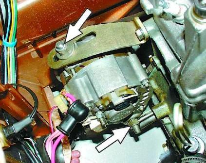 Ослабляем гайку натяжения ремня генератора ВАЗ 2108, 2109, 21099