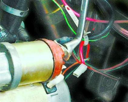 Откручиваем болт и снимаем колодку проводов ВАЗ 2108, 2109, 21099