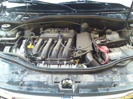 Заливаем новое масло в двигатель Renault Duster