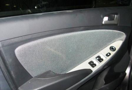Снятие и замена обшивки передней двери Hyundai Solaris