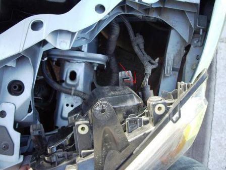 Отключаем разъем на фаре Ford Focus 2