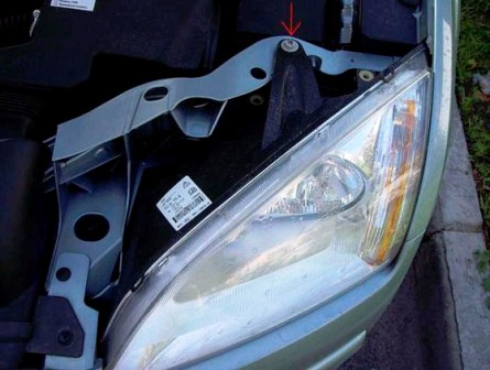 Откручиваем винт на передней фаре Ford Focus 2