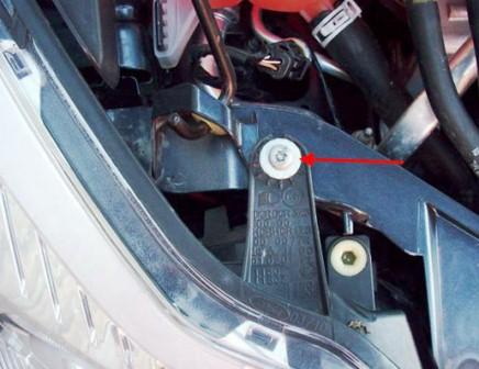 Откручиваем верхний болт на передней фаре Ford Focus 2