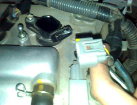 Отсоединяем разъем от катушки зажигания Toyota Corolla 300 N/MC