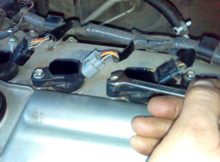 Откручиваем болт на катушке зажигания Toyota Corolla 300 N/MC