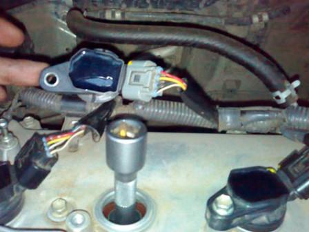 Вставляем свечной ключ Toyota Corolla 300 N/MC