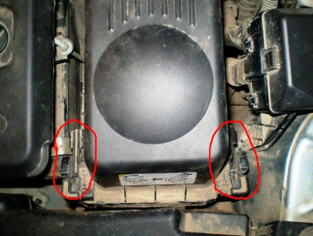 Тянем защелки вверх Toyota Avensis II
