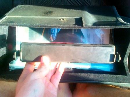 Снимаем крышку салонного фильтра Toyota Avensis II