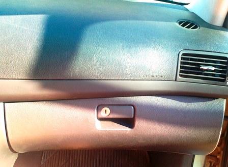 За бардачком находится салонный фильтр Toyota Avensis II