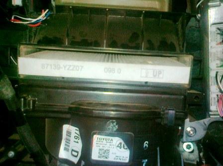 Вытаскиваем старый салонный фильтр Toyota Avensis II