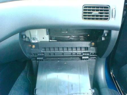 Откидываем крышку бардачка на Mitsubishi Lancer IX