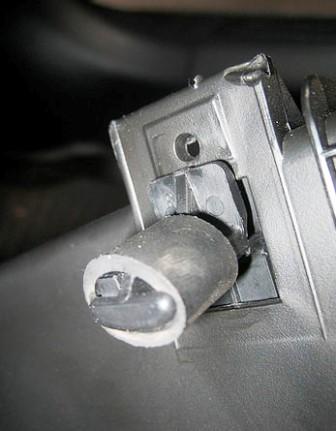 Снятое крепление бардачка на Mitsubishi Lancer IX