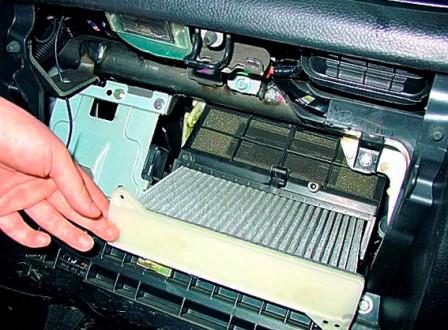 Снимаем старый и меняем на новый фильтр на Mitsubishi Lancer IX