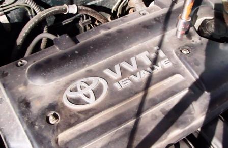 Откручиваем крышку двигателя Toyota Corolla E12 1.6